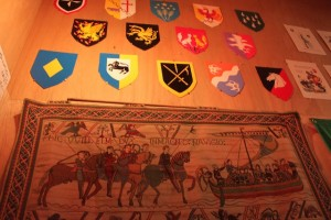 会場内に飾られた中世ヨーロッパの紋章。雰囲気抜群。
