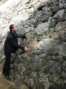 姫路城壁を見るクリスさん