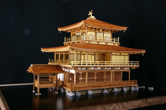 屋久杉で作られた金閣寺(縮尺50分の1)。