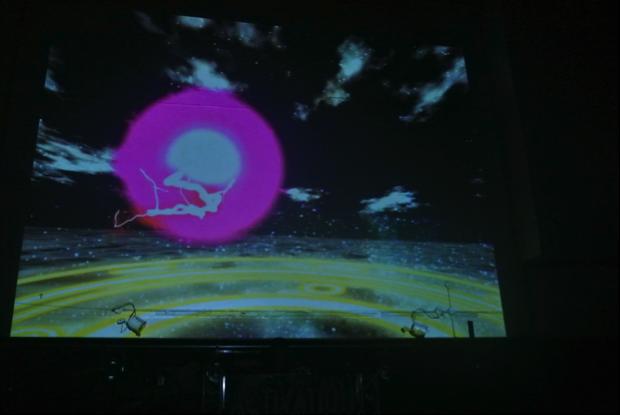前のアーティストが終了後、スクリーンに現れる映像。イザナギイザナミをイメージ。