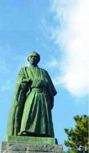 高知県桂浜の坂本龍馬像。