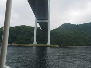 【女神大橋】 長崎港の南部と西部を結ぶランドマーク「女神大橋」を通過します。