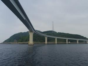 【伊王島大橋】 長崎市香焼町と伊王島を結ぶ「伊王島大橋」を通過します。伊王島は天然温泉でも有名です。