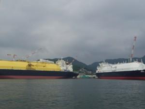 【三菱】 出港してすぐ進行方向右側に、三菱重工業長崎造船所が見えます。
