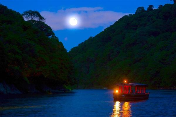 【1日6組 & 6日間限定】京都 嵐山「月明かりの音楽船」で過ごす最高に風流な一夜