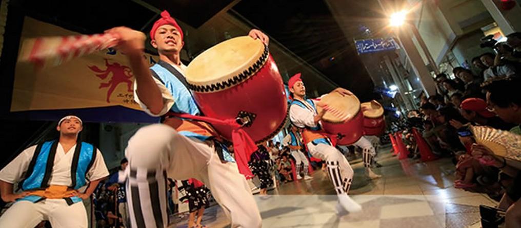 【実は秋が狙い目!】「エイサーのまち」沖縄市で「第60回 沖縄全島エイサーまつり」開催!