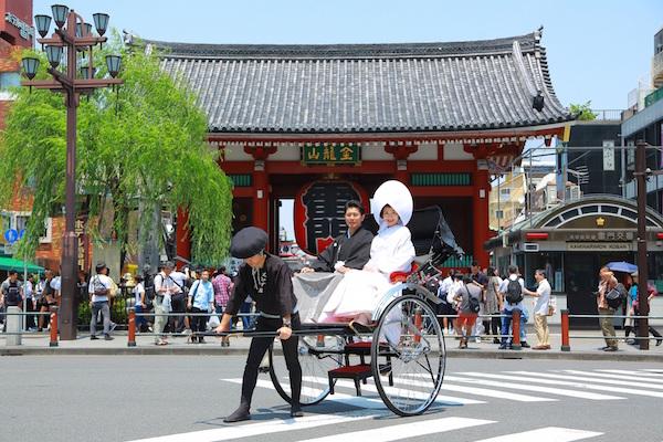 浅草神社では希望により人力車での観光も。 料金:20,000円(60分、1台に2名様まで)
