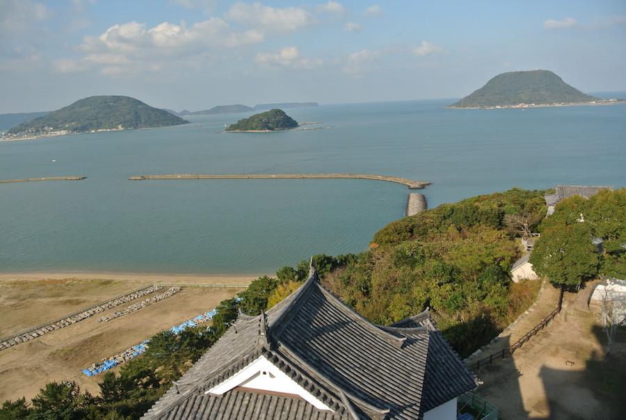 天守から唐津湾を臨む。前方に見えるのは高島。