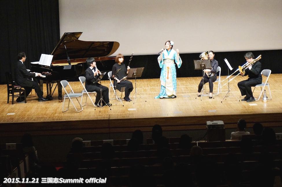 音楽隊には中国の楽器「二胡」の方も!