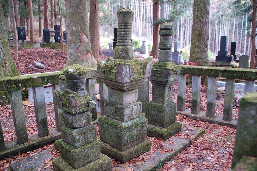 真田家菩提寺長谷寺(ちょうこくじ)の幸隆夫人、幸隆公、昌幸公のお墓。