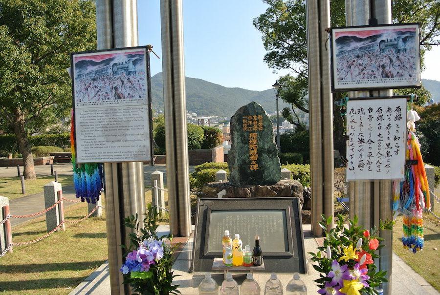 学徒動員や女子挺身隊として犠牲になった方々の慰霊碑。右の文言に注目。