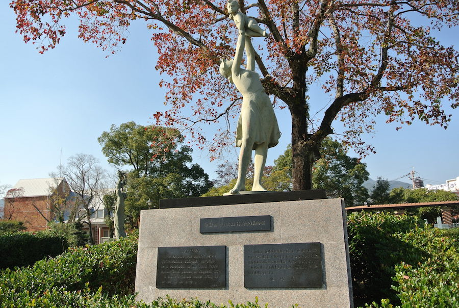 スロバキアから送られた母と子の像。