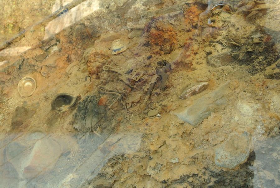 発掘された原爆投下当時の地層。当時の人が使っていた鉄の工具が生々しい。