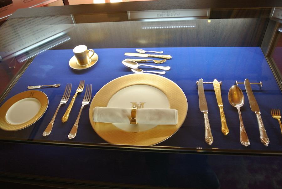維新後長崎の経済発展に寄与したリンガー氏の「ナガサキホテル」で使用した食器。