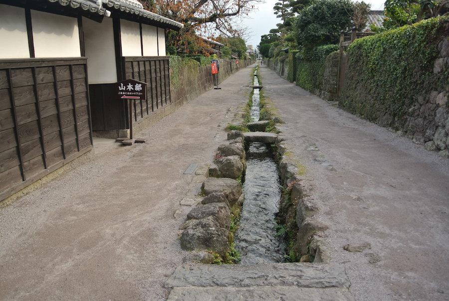 武家屋敷の通りだけでなく、市内各地にこのような水路が。