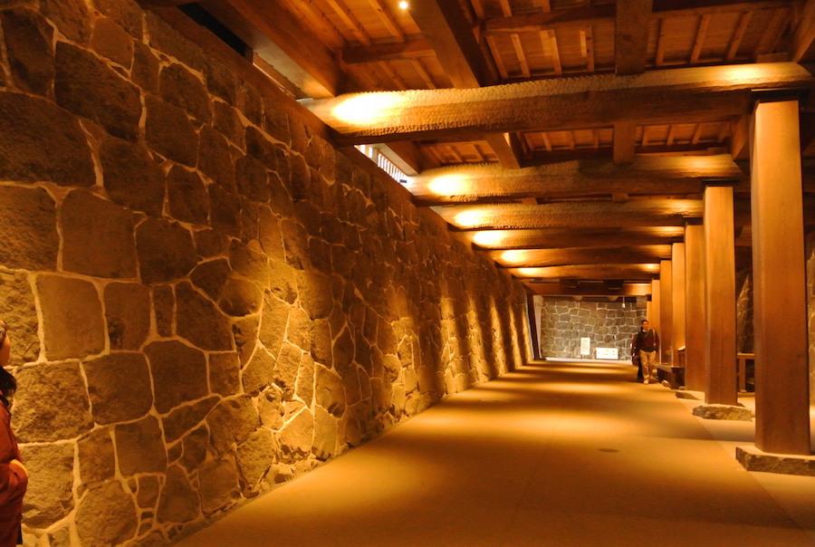 この太い梁の上には2008年に公開された本丸御殿がある。