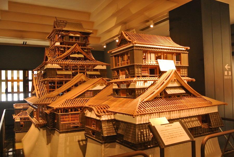 天守を建築するために造られた10分の1スケールの模型。