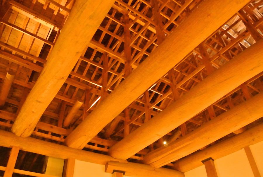 大台所の天井。二つの大きな囲炉裏があり、煙が出るため吹き抜けに。
