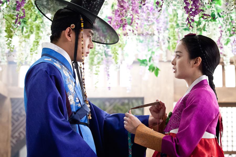 チャン・オクチョン役のキム・テヒ(右)と粛宗役のユ・アイン(左)