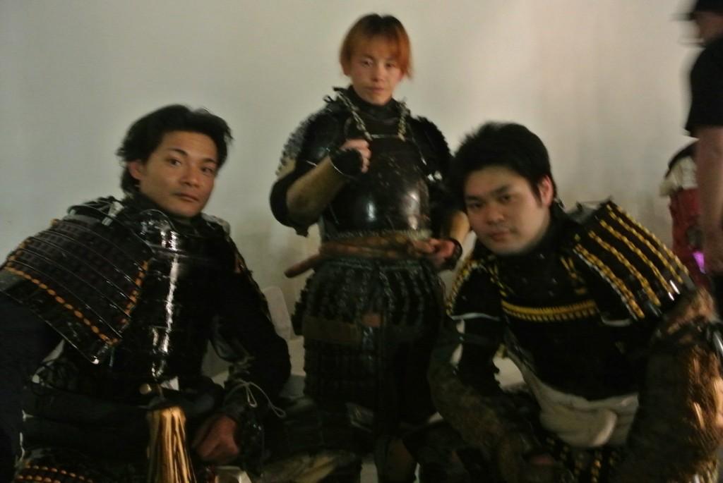 日本の甲冑をまとい戦う「黒鋼衆」。