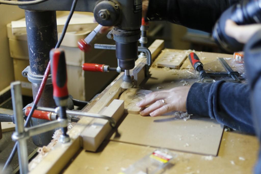 熟練の木工職人によるケース。六文銭には本当の寛永通宝を使用。