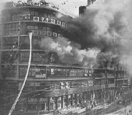 白木屋デパート火災。死者14名を越す大惨事に。wikipediaより。