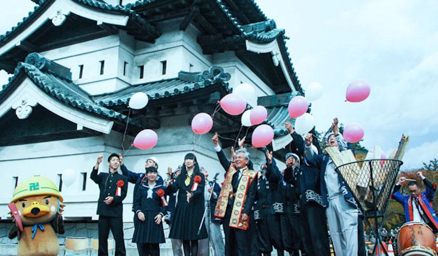 昨年10/24に完了した天守曳屋イベントの様子。羽織を着ているのは葛西弘前市長。