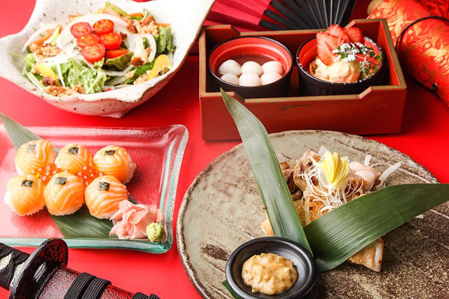 左から「六文銭手まり寿司」「六文銭サラダ」「鶏もも肉郷愁焼き」「真田流すすり団子」