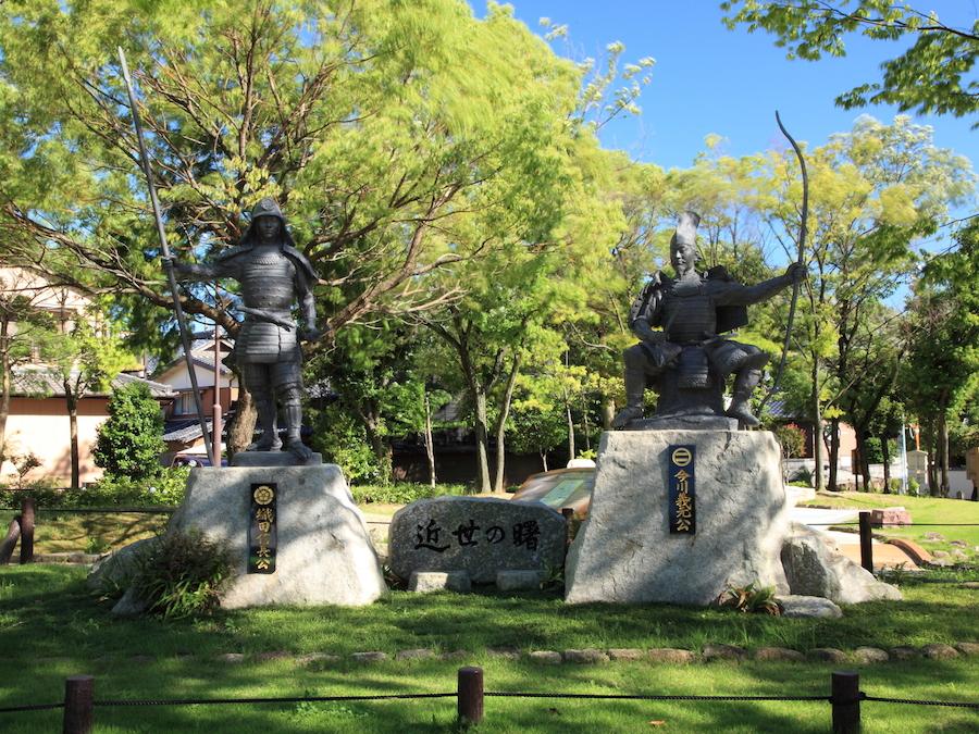 名古屋市緑区にある「桶狭間古戦場公園」には織田信長、今川義元両氏の像が。wikipediaより