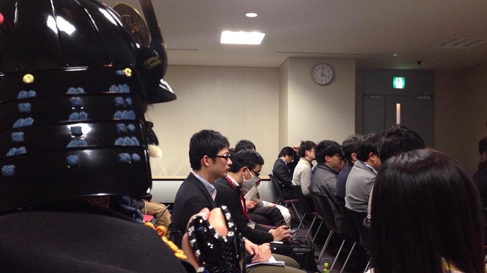 審査会場で戦況を見つめる総大将