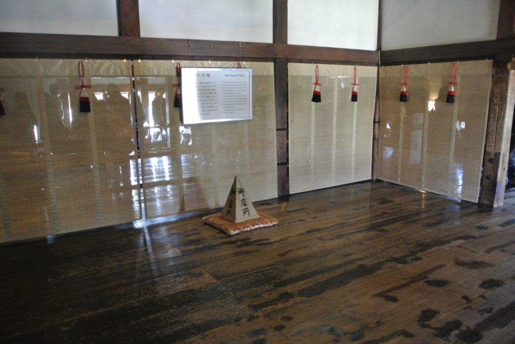 大天守4階の御座所。戦闘の最終局面、城主がここに座って指示を出した。