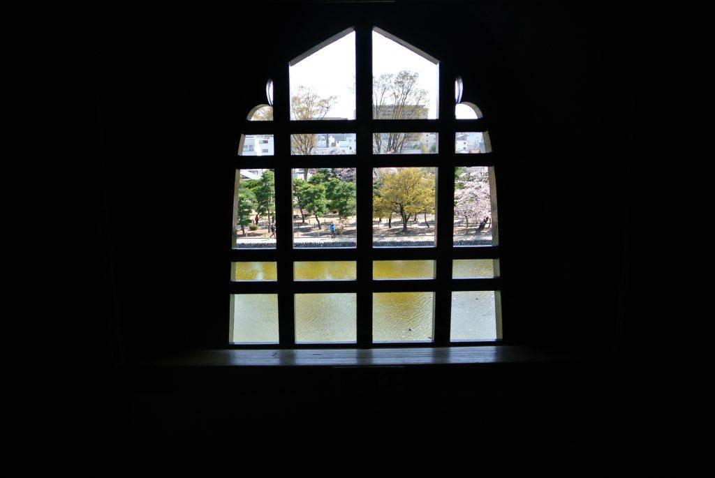 4階にある花頭窓(かとうまど)。中国から伝わった仏教文化の影響。
