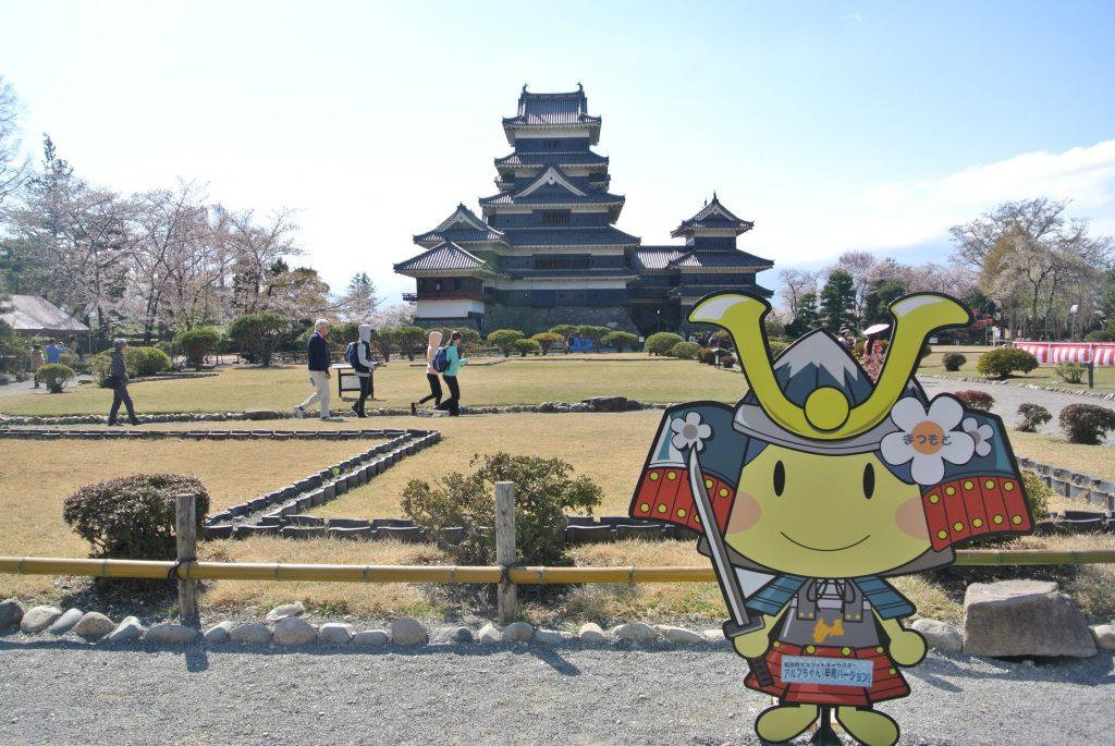 松本市マスコットキャラクター「アルフちゃん(甲冑バージョン)」。