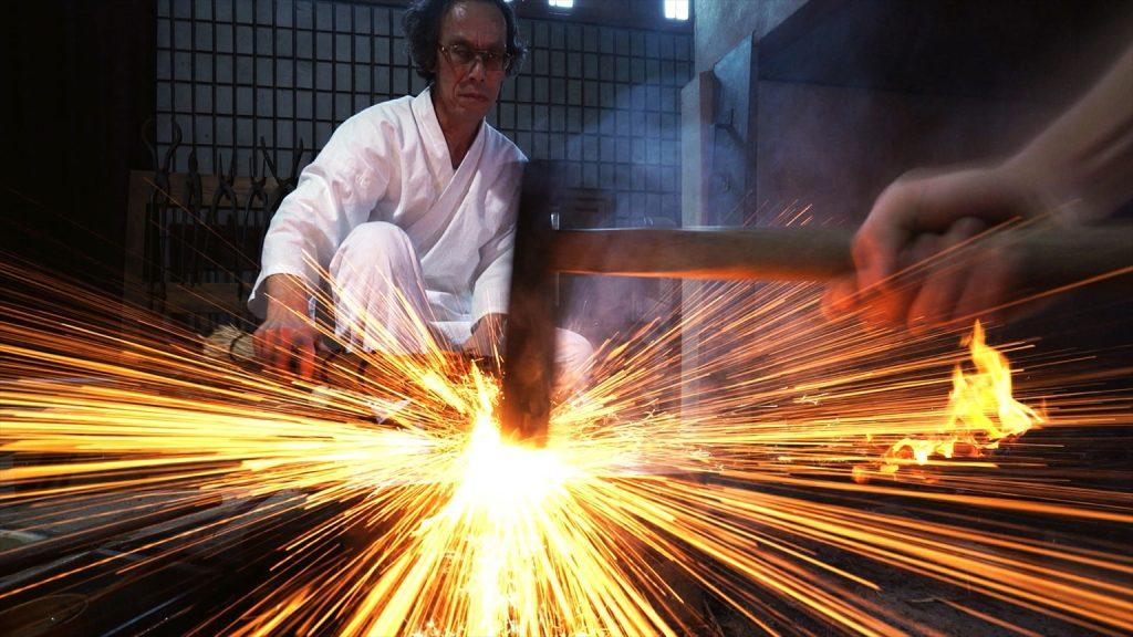 奈良県無形文化財の刀鍛冶師 月山貞利氏。画面から溢れる気迫。