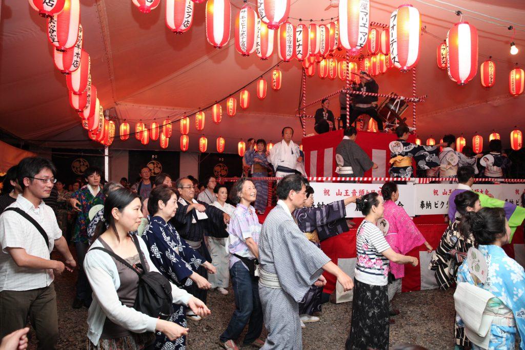 日枝神社の中にやぐらを組んで納涼祭も!