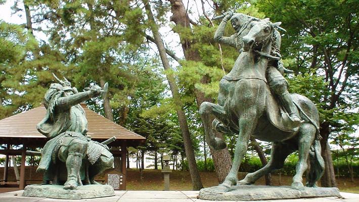 「有名な上杉謙信(右)と武田信玄(左)の一騎討ち像」