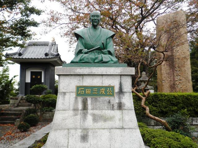 石田三成出生地碑と三成像(滋賀県長浜市石田町)