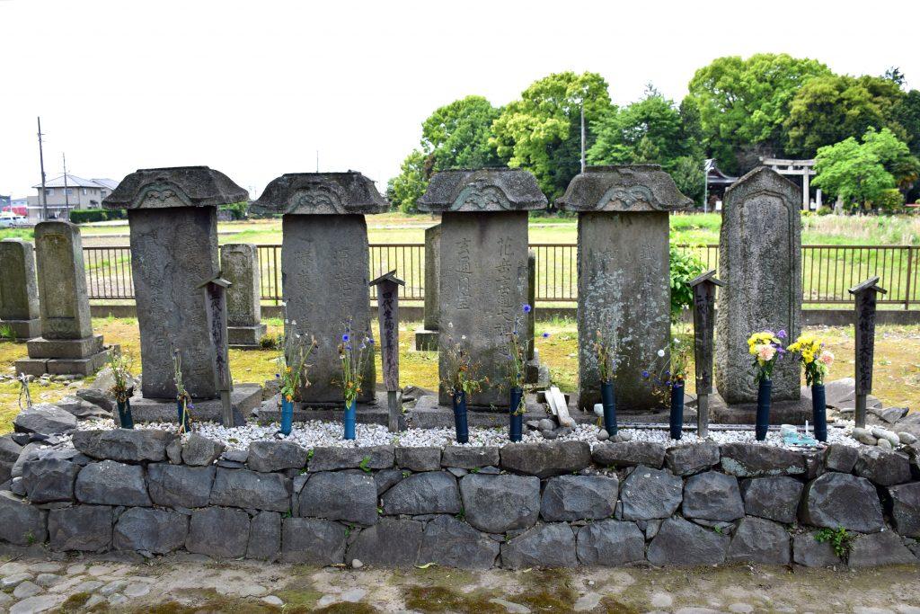 愛知県江南市久昌寺にある吉乃のお墓(一番右)wikipediaより