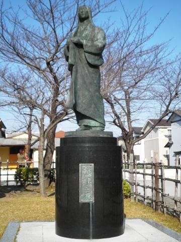 清州城模擬天守横に設置されている濃姫之像。wikipediaより