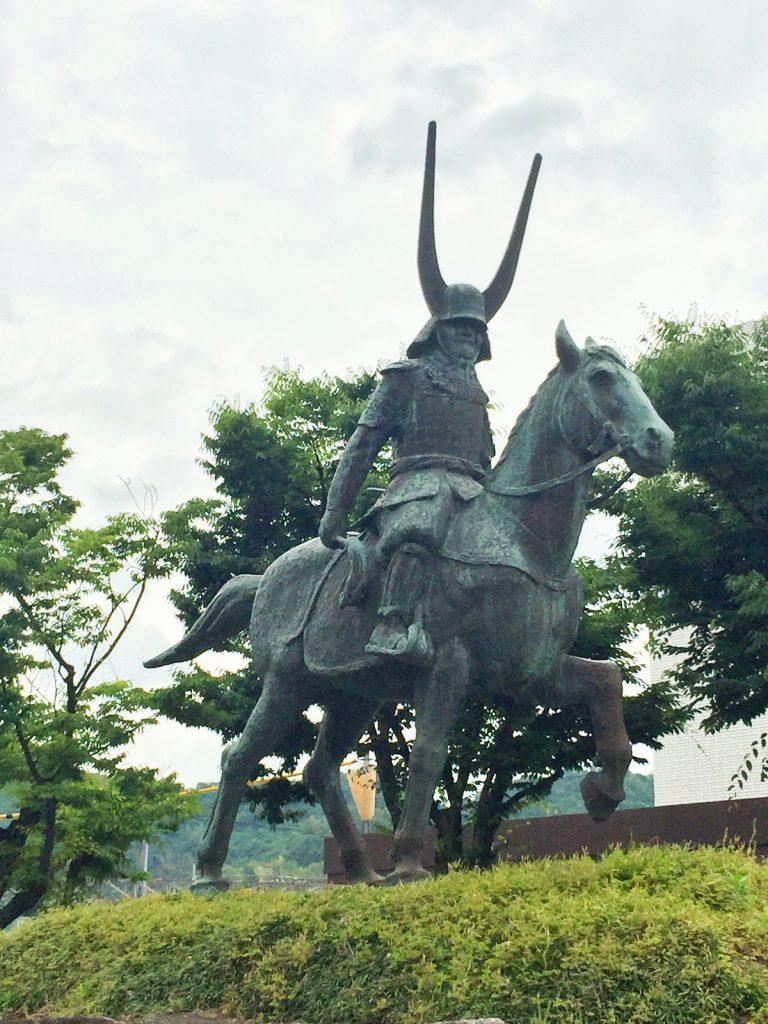 彦根駅で待ち構えていた井伊直政公像