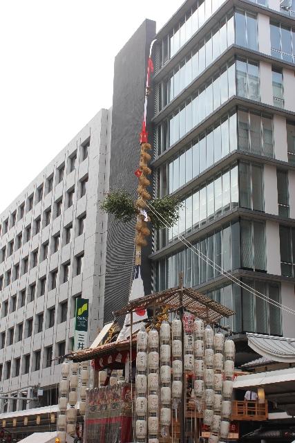 山鉾巡行の先頭を飾る長刀鉾(なぎなたほこ)。