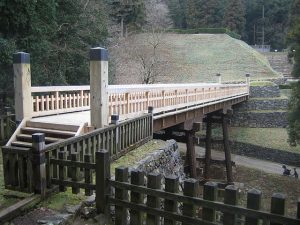 曳橋と御主殿石垣(一部復元)