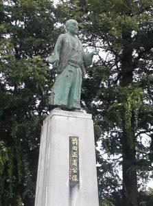前田正甫像(富山城址公園)