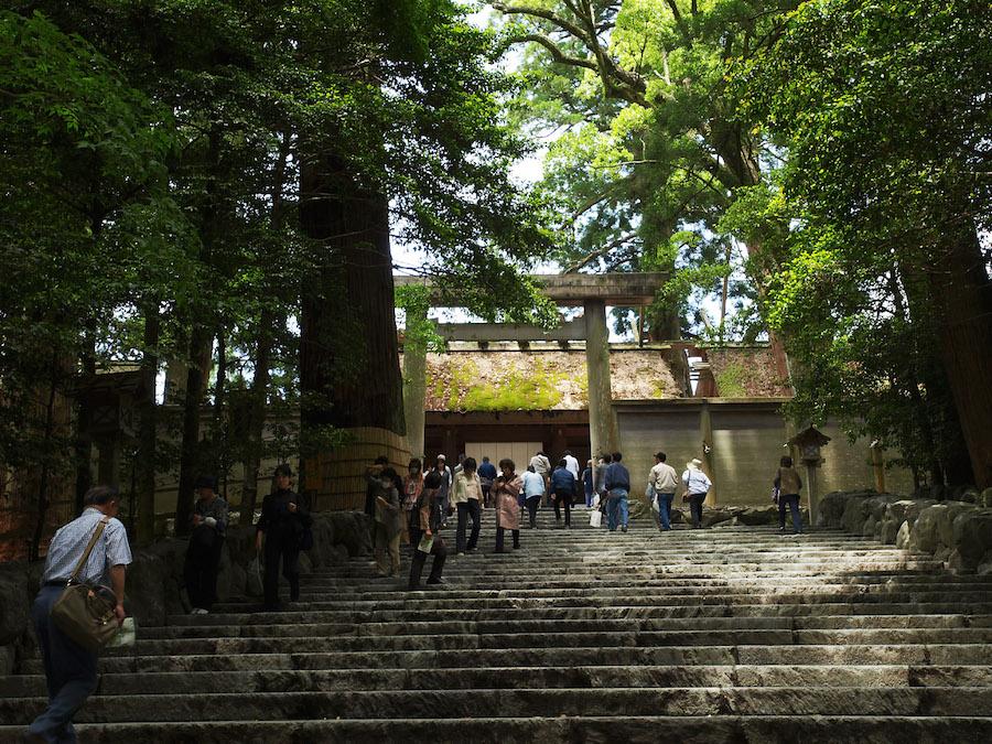 伊勢神宮内宮正宮。写真が撮れるのはこの階段の下まで。