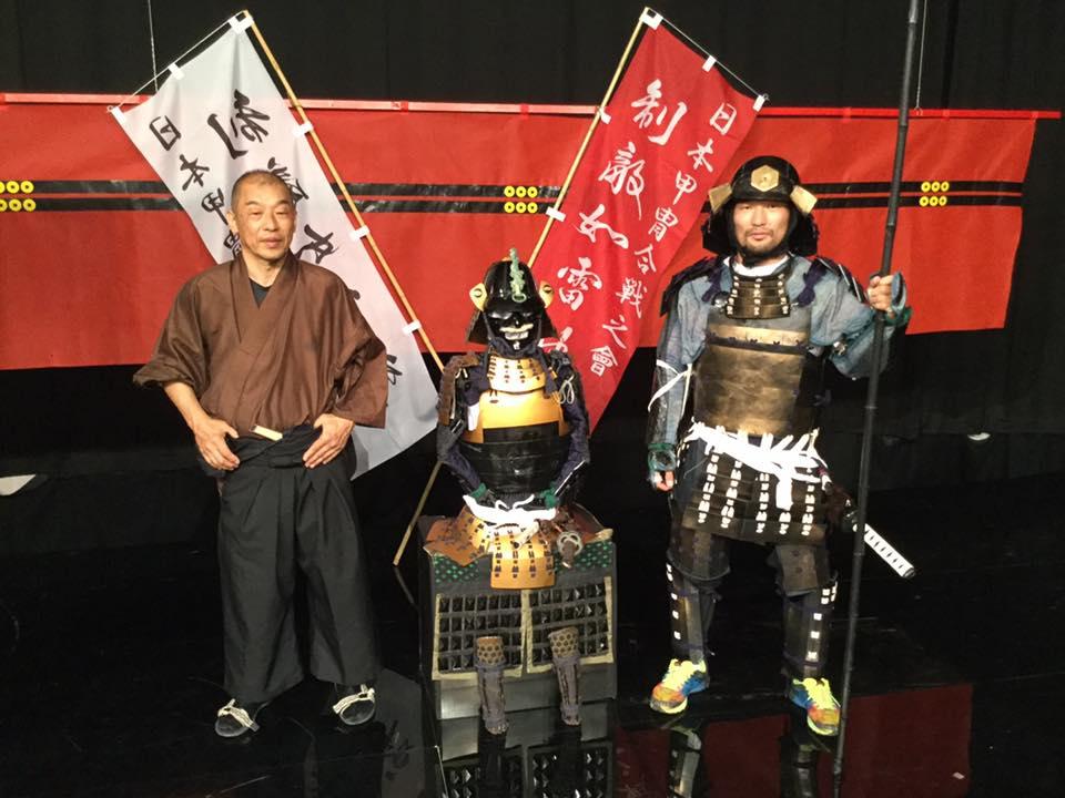 横山氏と、甲冑をまとった巌流島菊野選手。
