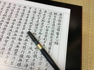 賑わうお祭りのお寺で精神集中!(写真提供:Terumin K)