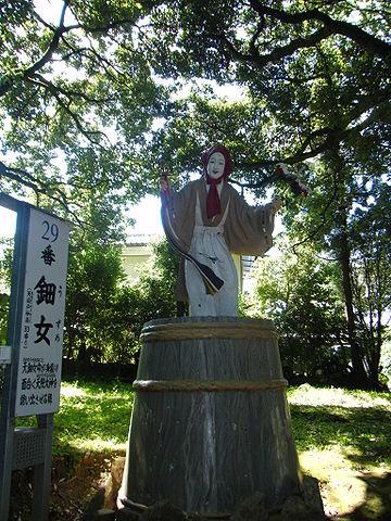 「天岩戸神社東本宮のアメノウズメノミコト像。服は着ています。」