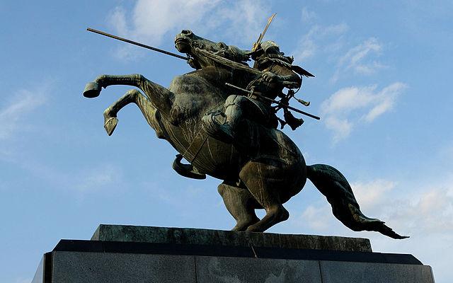 「最上義光像。馬が完全な二本足で立っているのは珍しい」