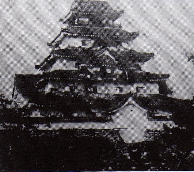 降伏後に撮影された、損傷した会津若松城