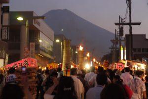 夏の夕暮れに映える富士山。